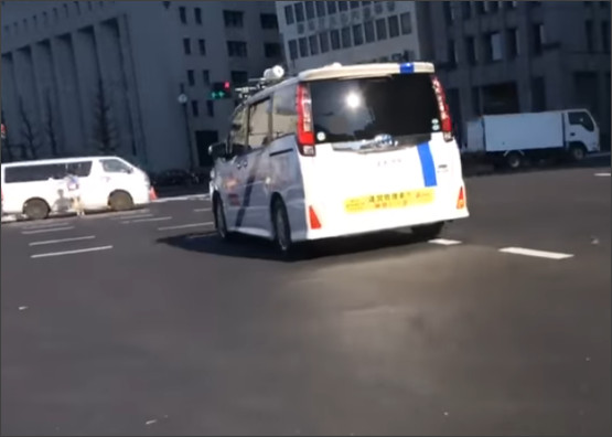箱根駅伝10区の日比谷交差点で走者と自動車があわや事故という危険なシーンが撮影される