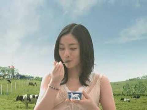 (石原さとみ)Ishihara Satomi in Glico 「牧場しぼり」 「おいしい顔連鎖篇」 CM 15s - YouTube