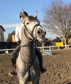 """華原朋美が乗って""""馬も笑顔""""  乗馬クラブでの一コマに「みんな幸せ」"""