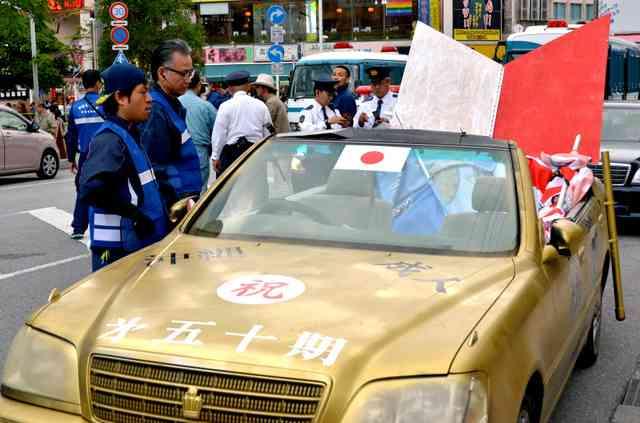 新成人騒動、今年も…屋根切り取った車で走行容疑 沖縄:朝日新聞デジタル