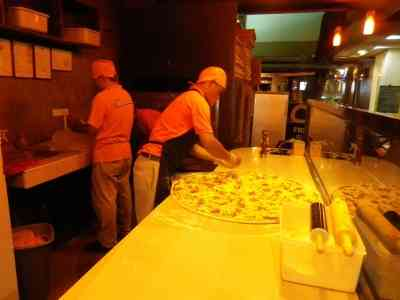 藤田ニコルが食べているピザが巨大すぎると話題に