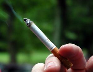 車の窓から捨てられたタバコの灰が子供の目に入り眼科で削る羽目に