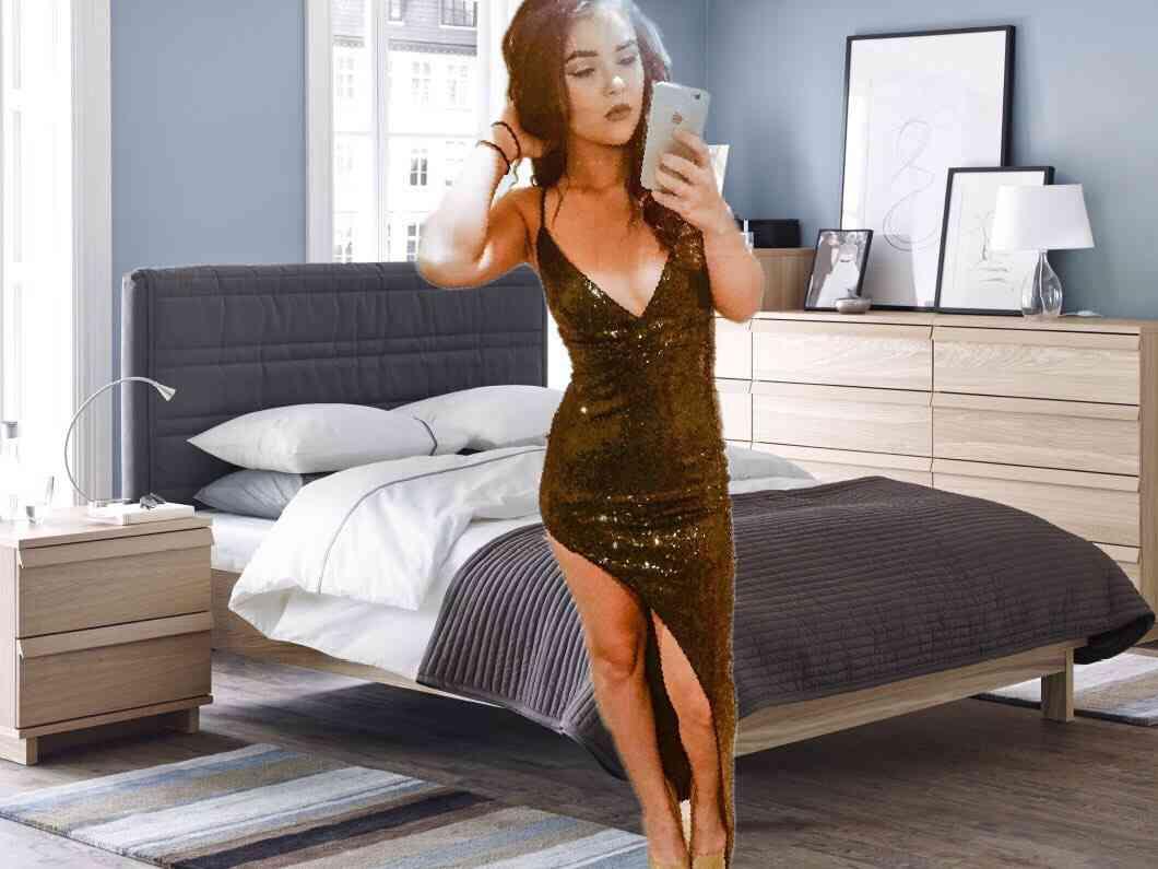 ゴージャスドレスの美女 汚部屋とのギャップがスゴイ 「自撮りの前に掃除しろ」の声(米)