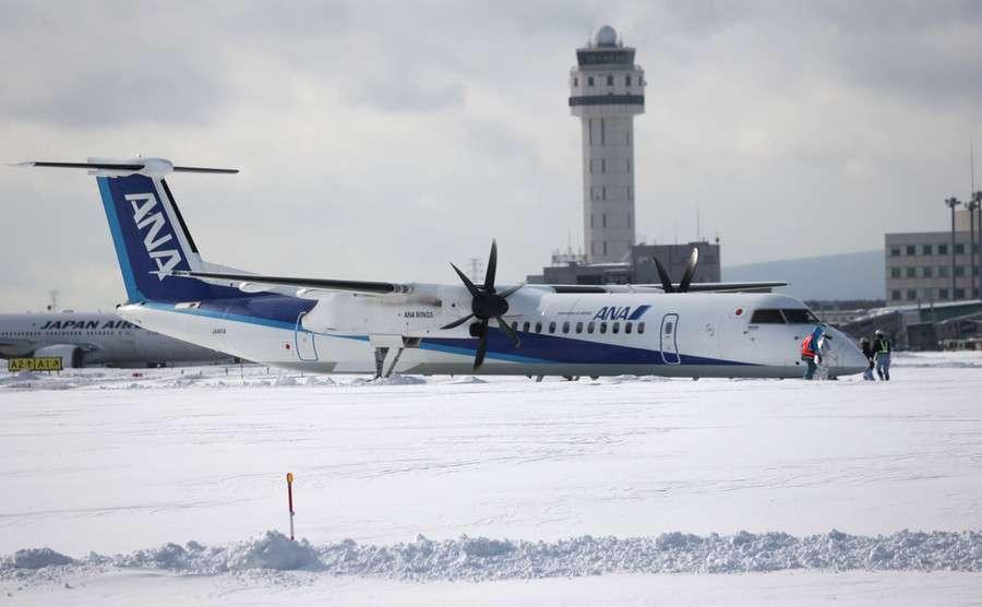全日空機、新千歳空港で滑走路を逸脱 着陸後、雪に突っ込む