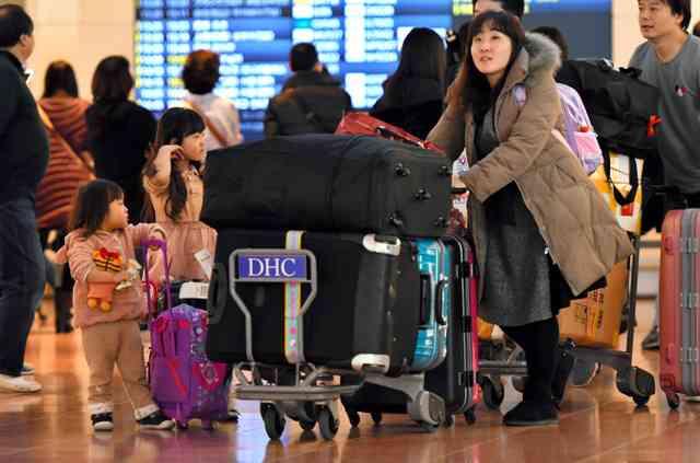 帰国ラッシュがピーク 羽田空港も混雑:朝日新聞デジタル