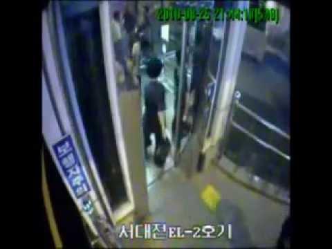 エレベーターに突っ込んで死ぬ韓国人の音声付き映像 - YouTube