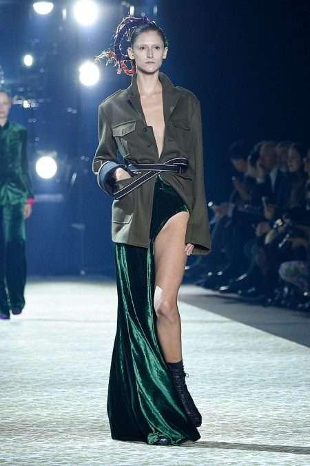 どうなってるの!?アドリアナ・リマの美脚ドレスのデザインがものすごく斬新