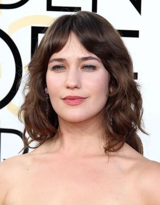 26歳のイギリス人女優、レッドカーペットのドレスでわき毛を露出! | ニュースウォーカー