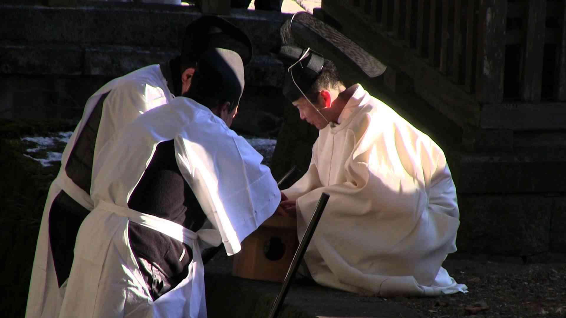 生きたカエルを串刺しにする諏訪大社 - YouTube