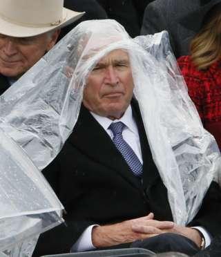レインコートを着れないブッシュ元大統領が可愛いと話題に「後ろの人笑いこらえてる」「じわじわくる」