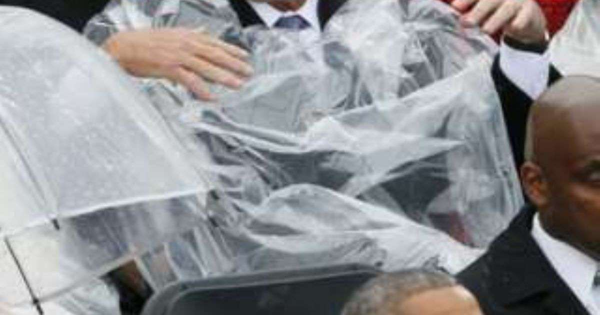 レインコートを着れないブッシュ元大統領が可愛いと話題に「後ろの人笑いこらえてる」「じわじわくる」 - Togetterまとめ