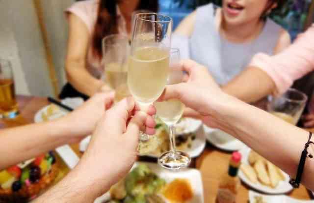 若い女性たちの0円生活の実態「夕飯代を浮かすため相席居酒屋に」