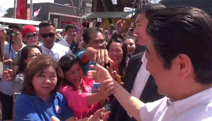 【衝撃】安倍総理を迎えたフィリピン人の歓迎っぷりがヤバイ! 安倍総理が好きすぎる女性乱入で一緒に自撮り