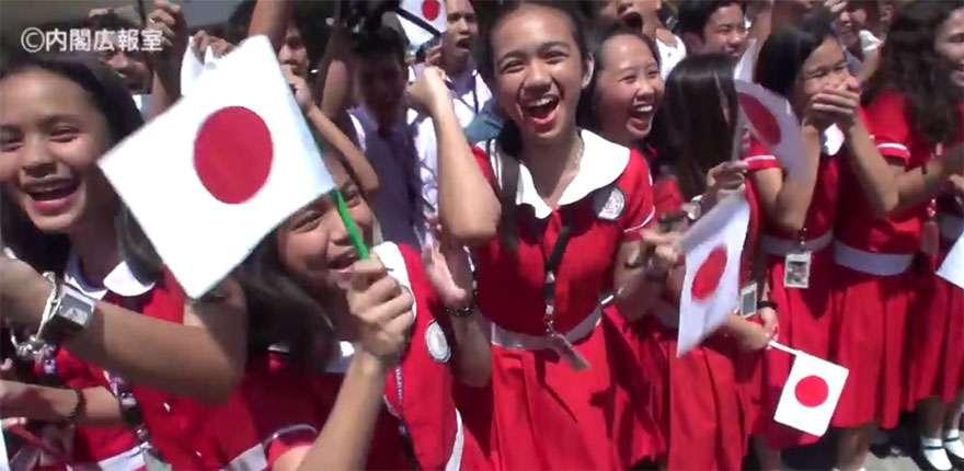【衝撃】安倍総理を迎えたフィリピン人の歓迎っぷりがヤバイ! 安倍総理が好きすぎるオバサン乱入で一緒に自撮り(笑)   バズプラスニュース Buzz+