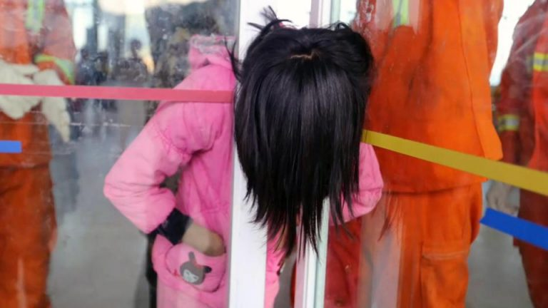 中国で女子中学生がドアに首を挟むというとんでもないいじめ 学校「加害者に処分は無し」