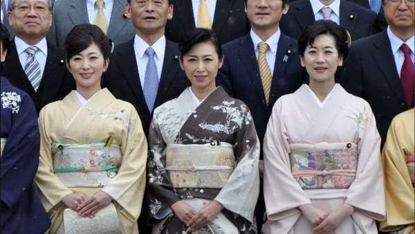 蓮舫代表、初めて和服で国会に登院 「借り物の着物に議員バッジを直接つける」姿にネットで注目集まり賛否分かれる
