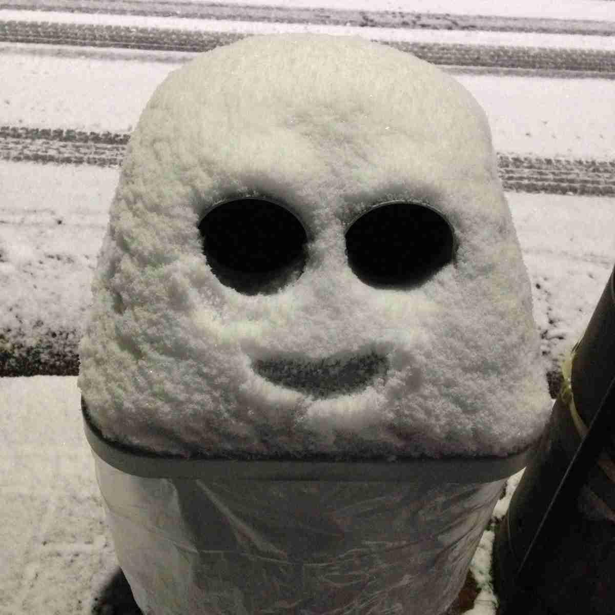 雪が積もっただけで自販機に設置されているゴミ箱がキュートな姿に! 「メジェド様」「ベイマックス」みたいとの声