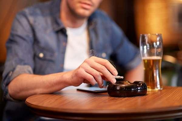 居酒屋も?厚労省の「飲食店を原則禁煙に」という案に戸惑いの声