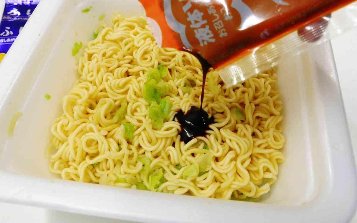 【裏ワザ動画】インスタント味噌汁を袋から楽に絞り出す方法