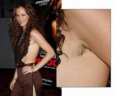 26歳のイギリス人女優、レッドカーペットのドレスでわき毛を露出!