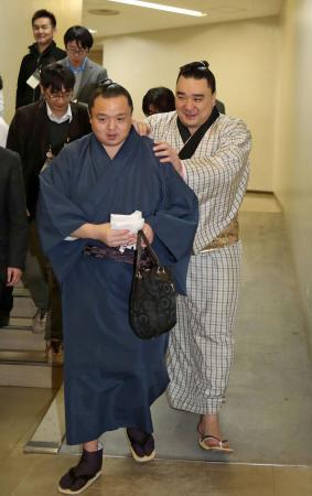 横綱日馬富士が休場 隠岐の海戦で右太もも裏負傷 (日刊スポーツ) - Yahoo!ニュース