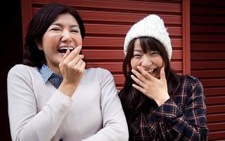 海外反応 キキミミ外国人「日本人ってなんで笑うときに口を手で隠すの?」(海外反応)