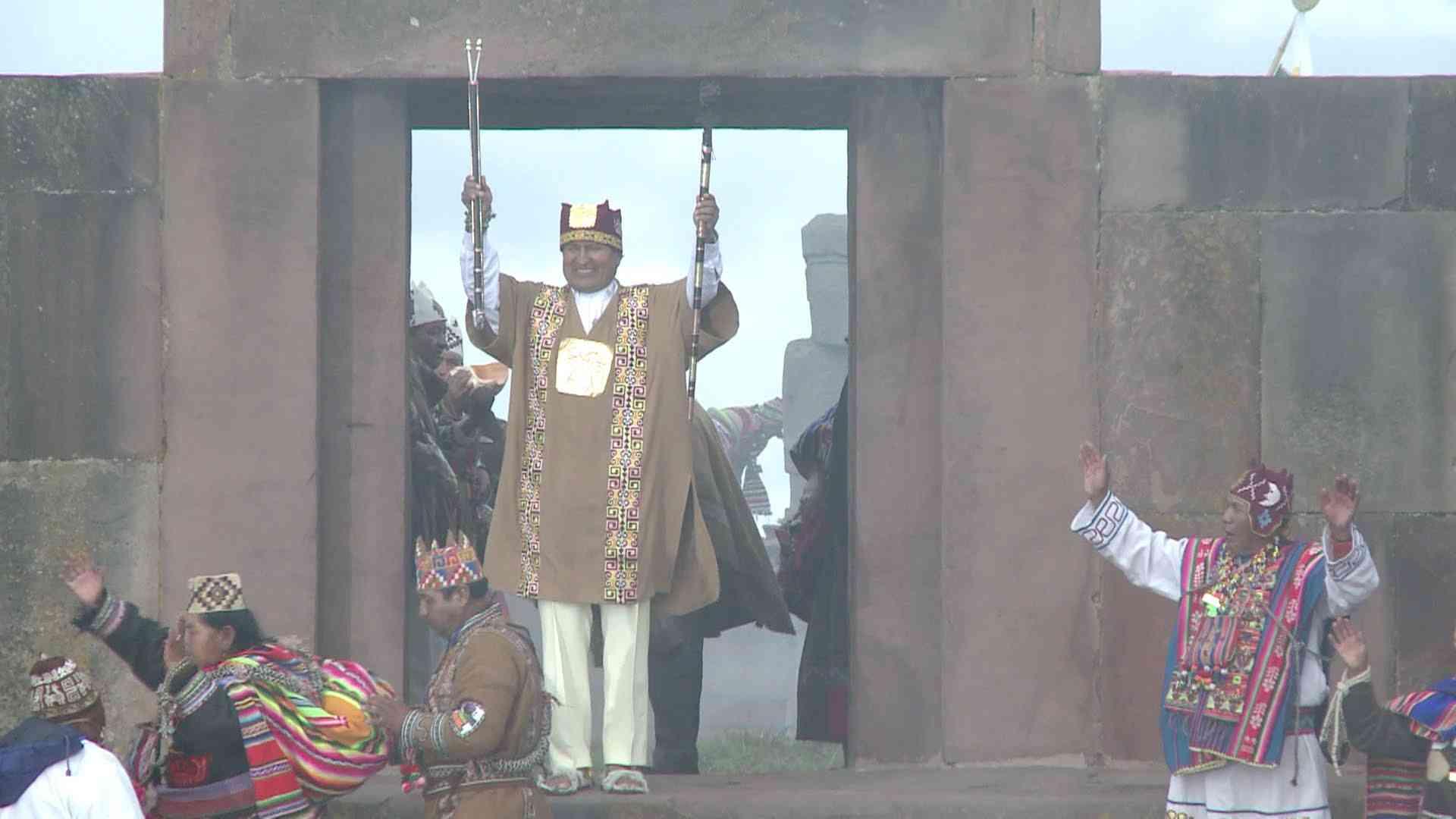 3選のボリビア大統領を先住民がお祝い Bolivia: President Evo Morales takes part in indigenous ceremony - YouTube