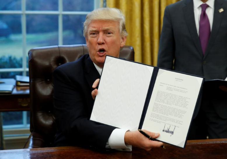 トランプ米大統領、TPP離脱の大統領令に署名  ロイター