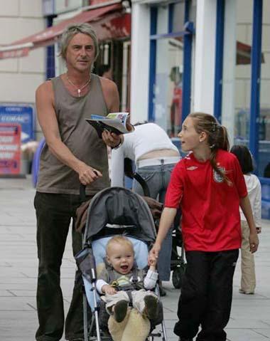 キアヌ・リーヴス52歳、身を固めて子供を持つには「遅すぎる」