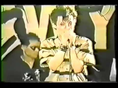 ステージ乱入客に氷室がキレる「ステージの上あがんなバカ野郎、演奏もできねぇよ。下がれょオラ」1984年 新宿LOFT BOØWY - YouTube