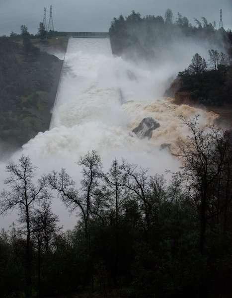 巨大ダム「オロヴィルダム」の緊急排水路が崩壊危機 カリフォルニア州で13万人に避難勧告