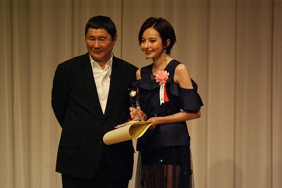 『東スポ映画大賞』ビートたけしとベッキーがツーショット「ないことばかり書かれましたが……」 - ライブドアニュース