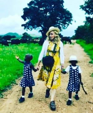マドンナ、双子女児を養子にしたと認める 写真を公開し「私の家族なの」