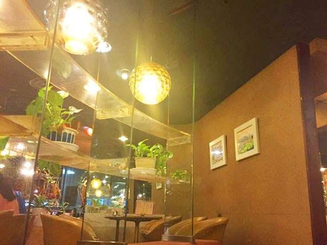 コーヒー香る喫茶店「マヅラ」。そこはまるで宇宙船。変わらない大阪の魅力的な老舗喫茶店  |  レモネード