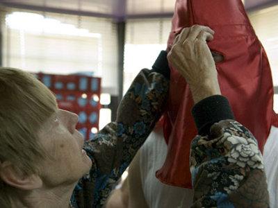 KKKの衣装を仕立てる58歳のおばあちゃん - GIGAZINE