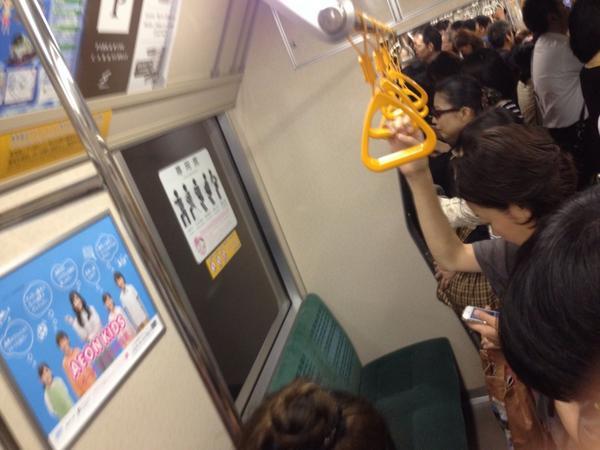運行中のバス内で女が別の乗客に暴行?ネットに動画