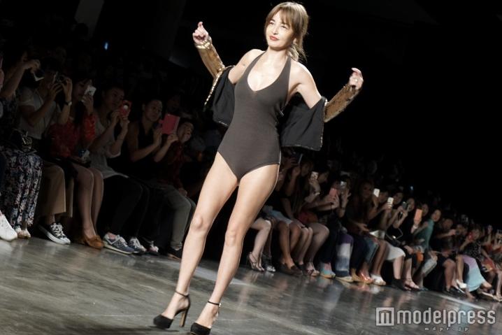 梨花、ファーコート×ビキニで「自由な大人のファッション」表現