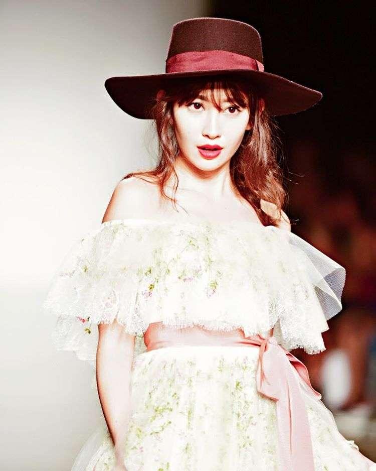 小嶋陽菜、梨花、水着ランウェイで天使の微笑み ハワイでホノルル・ファッションウィーク開催
