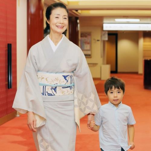 市川海老蔵、寺島しのぶ長男との2ショットに反響「お人形さんみたいに可愛い!」