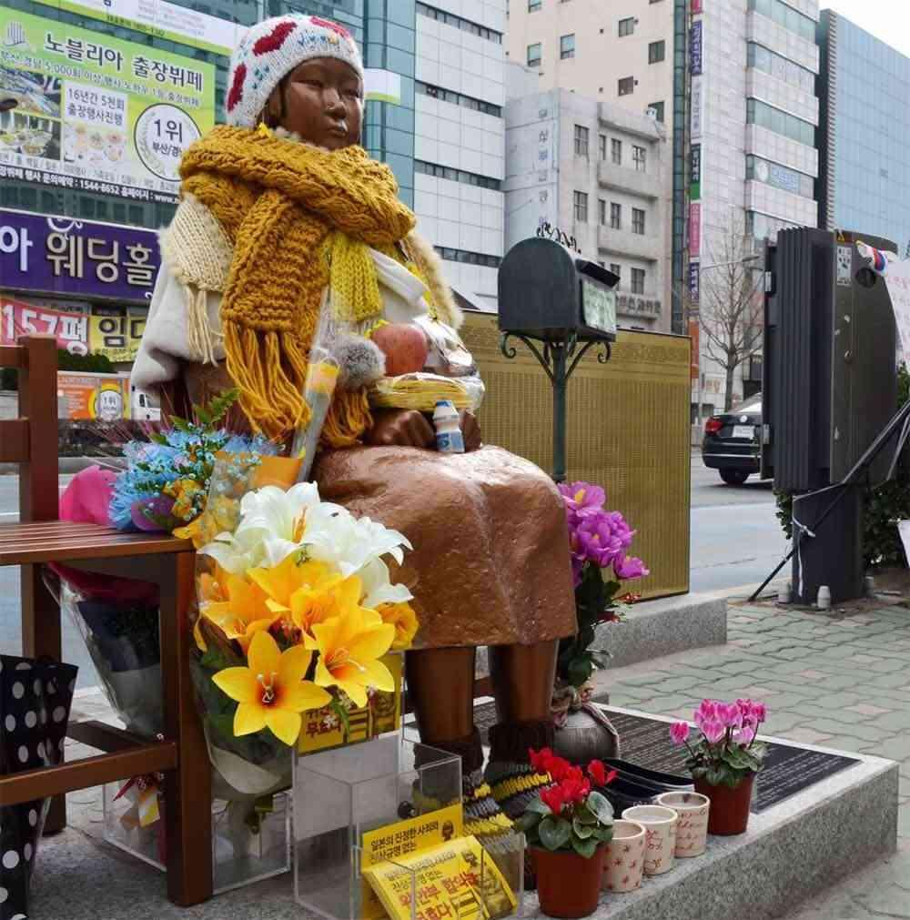 釜山の日本総領事館前 少女像の撤去求める動きも 「日本を許そう」張り紙増える (北海道新聞) - Yahoo!ニュース