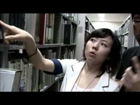 韓国人、図書館の洋書地図にある日本海の上に東海のシールを貼る - YouTube