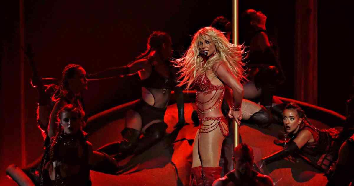 Britney Spears suffers wardrobe malfunction at Las Vegas concert - CBS News