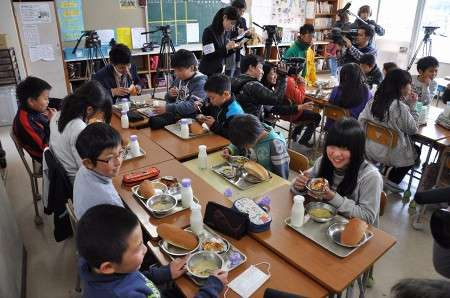 岡山産パクチー入り給食を提供 牧石小児童、ほのかな香味楽しむ:山陽新聞デジタル|さんデジ