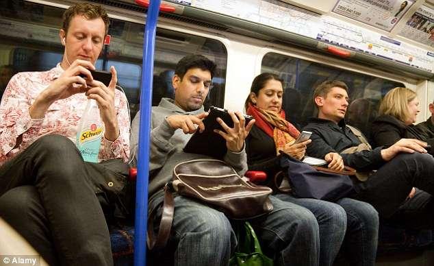 電車でスマホばっかり見てる人をどう思いますか?