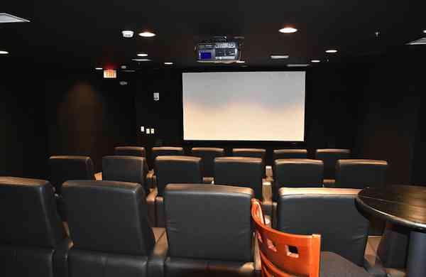 5年分の食料、映画館付き…世界終末で「快適に生き残れる」高級核シェルターが米国で完売
