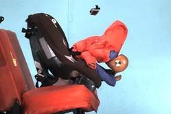 子供にコートを着せたままチャイルドシートに乗せると危険!