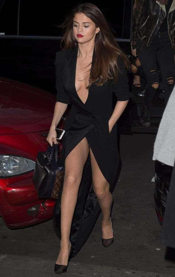 セレーナ・ゴメス、胸元露わなSEXYドレスで登場