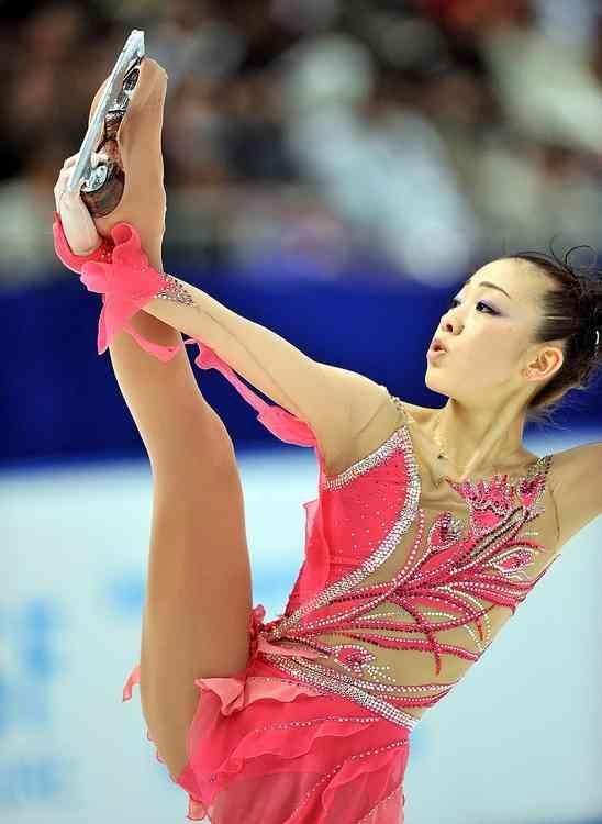 フィギュアスケート村主章枝「足を開く演技、本当に嫌です」「いやらしい目で見られている」