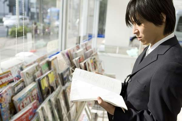 隠されるとよけい見たくなる?千葉市の「コンビニの成人雑誌にカバー」策に物議