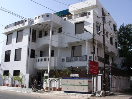 インド、レイプを恐れた女性がホテル2階の窓から飛び降りる